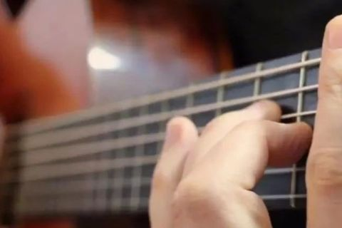 为什么人家听两遍就能抱着吉他弹唱,你必须得看着谱,哪的问题呢?
