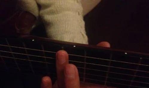 四种常见的泛音手法以及吉他上不同的泛音位置 _吉他达人网